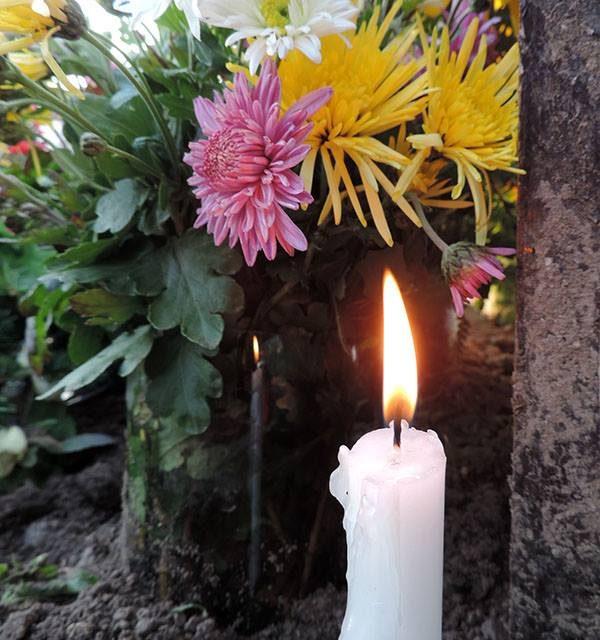 Mindenszentek, virágok és gyertyaláng