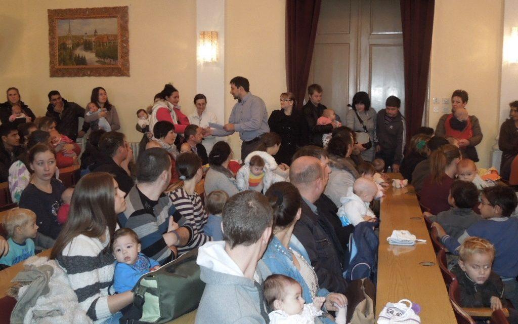 Ada: újszülöttek után járó községi támogatás