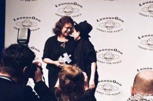 Ladik Katalin és Yoko Ono a reykjavíki díjátadáson