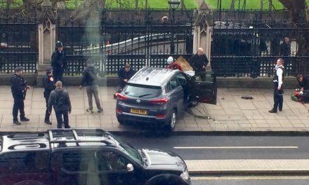 """<span class=""""entry-title-primary"""">Lövöldözés Londonban a brit parlamentnél (FRISSÍTVE)</span> <span class=""""entry-subtitle"""">Terrortámadás történt a londoni Westminsternél – A támadót a helyszínen lelőtték</span>"""