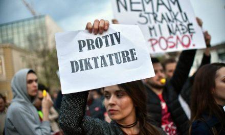 """<span class=""""entry-title-primary"""">Az öncenzúra még a cenzúránál is veszélyesebb</span> <span class=""""entry-subtitle"""">A szakmai szervezetek követelik, hogy a médiumok és az újságírók szakszerűen tudósítsanak a szerbiai tömeges megmozdulásokról</span>"""