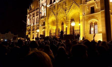 """<span class=""""entry-title-primary"""">Budapest ma éjszaka nem alszik (HELYSZÍNI VIDEÓKKAL és KÉPGALÉRIÁVAL)</span> <span class=""""entry-subtitle"""">""""Menjünk be!"""" – skandálták a demonstrálók a Parlamentnél, Budapesten, a Kossuth téren (Szerkesztőségi hírösszefoglaló)</span>"""