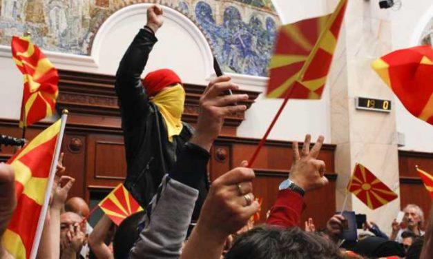 Tizenöt ember ellen adtak ki elfogatóparancsot a macedón parlament elfoglalása miatt