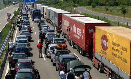 """<span class=""""entry-title-primary"""">Erős a forgalom a röszkei határátkelőhelyeken</span> <span class=""""entry-subtitle"""">Az autópályán lévő határátkelőnél két órát kell várni a belépésre Szerbiába</span>"""