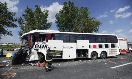 Szerb turistabusz balesete – egy halott, tizenkilencen kórházban