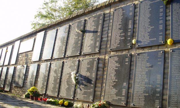 """<span class=""""entry-title-primary"""">Kötelességünk emlékezni! (KÉPGALÉRIA)</span> <span class=""""entry-subtitle"""">Az 1944/45-ös ártatlan áldozatokra emlékeztek Szabadkán a Vergődő Madár emlékműnél</span>"""