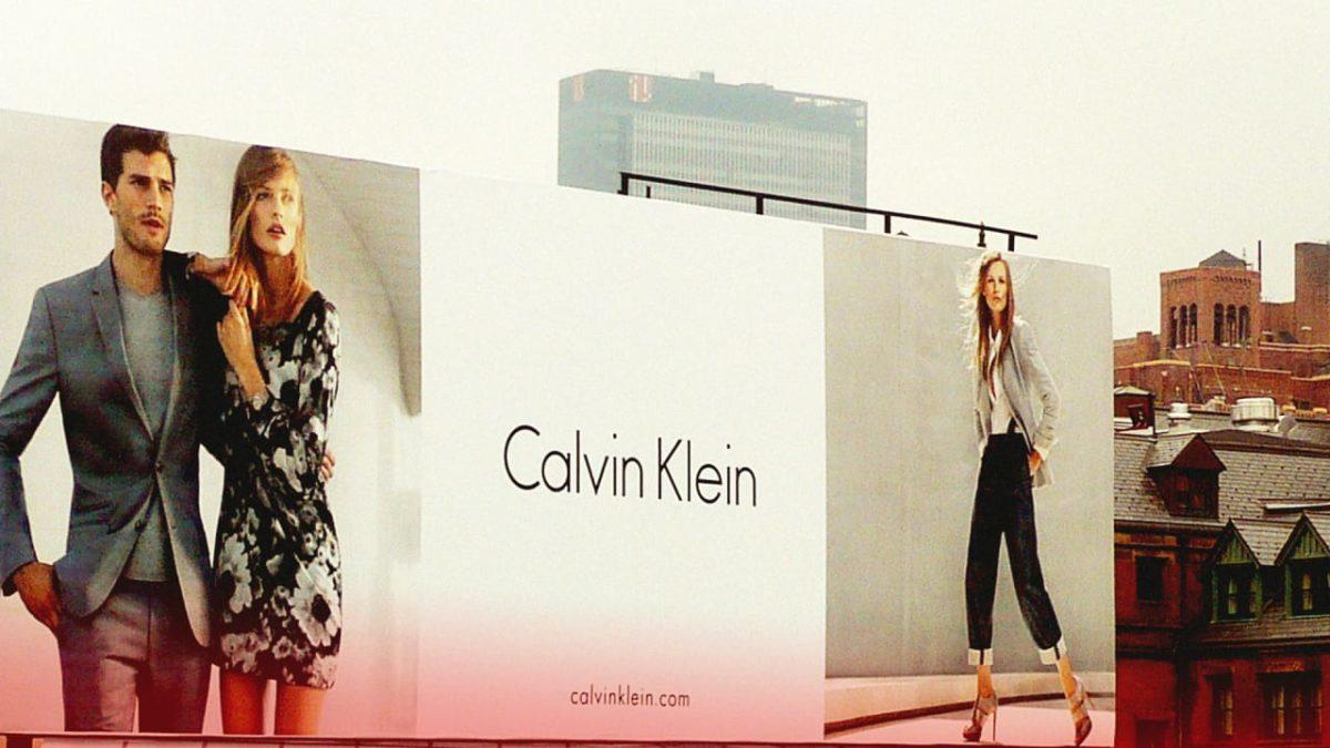 Calvin Klein hetvenöt éves