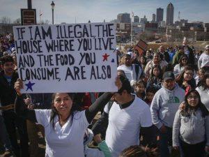 """""""Ha én illegális vagyok, akkor a házad meg az ételed is az"""" – bevándorlók tüntetnek Trump ellen (Fotó: Des Moines Register)"""