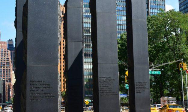 """<span class=""""entry-title-primary"""">Pesti macskakövek New Yorkban</span> <span class=""""entry-subtitle"""">Egy húszéves emlékmű a holokauszt nemzetközi emléknapján</span>"""