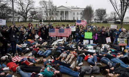 Diáktüntetés a Fehér Ház előtt 2018. február 19-én (Fotó: OlivierDouliery, TNS)