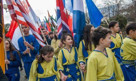 Koszovói fiatalok felvonulnak a hazájuk függetlenségét elismerő országok lobogóival (Fotó: Armend Nimani, AFP)