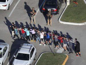 Nem elkövetők, hanem menekülő diákok a megtámadott floridai középiskolában történt tömeggyilkosság után (Fotó: ABC News)