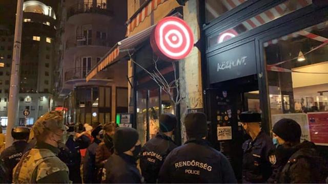 Európa-szerte tüntetnek a korlátozások miatt